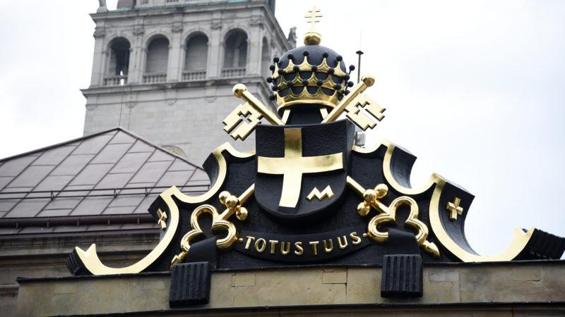 """L'emblème du pape Jean-Paul II, """"Totus tuus"""", """"tout à toi"""" Marie. Częstochowa. (Photo: Pierre Pistoletti)"""