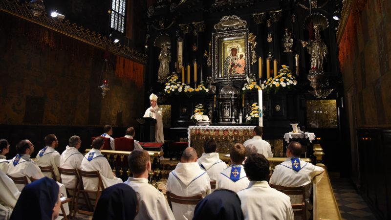 Mgr Alain de Raemy prêche sous la Vierge noire de Jasna Góra (Photo: Pierre Pistoletti)