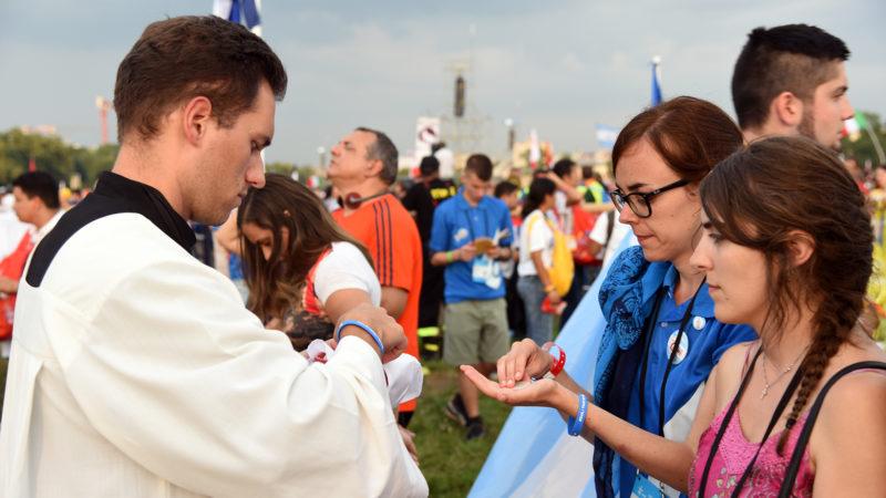 Des centaines de diacres ont distribué la communion (Photo: Pierre Pistoletti)