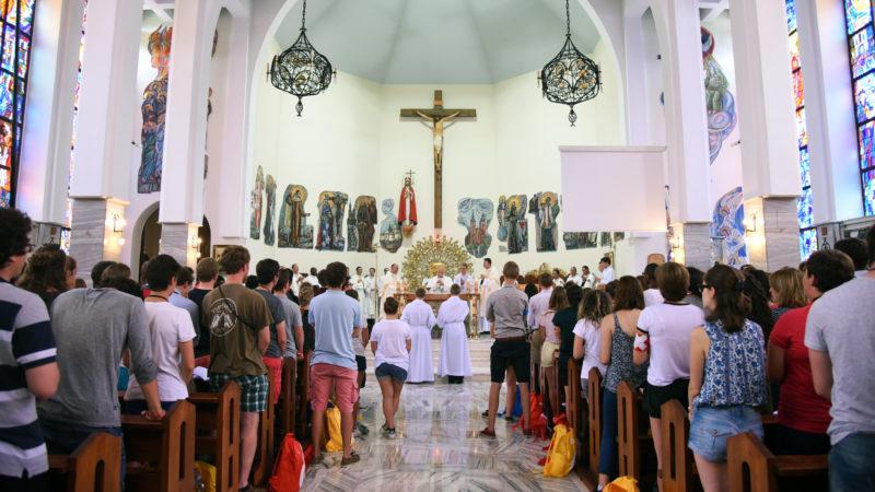 500 jeunes dont 300 romands ont suivi la messe des JMJ à la paroisse Saint-Wojciech à Cracovie, le 27 juillet 2016. (Photo: P.Pistoletti)