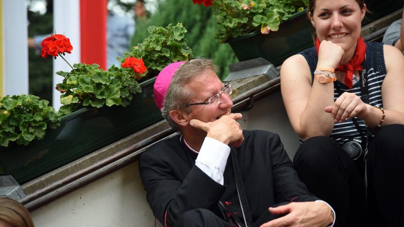 Mgr de Raemy à l'occasion de la rencontre des jeunes Suisses (Photo: Pierre Pistoletti)