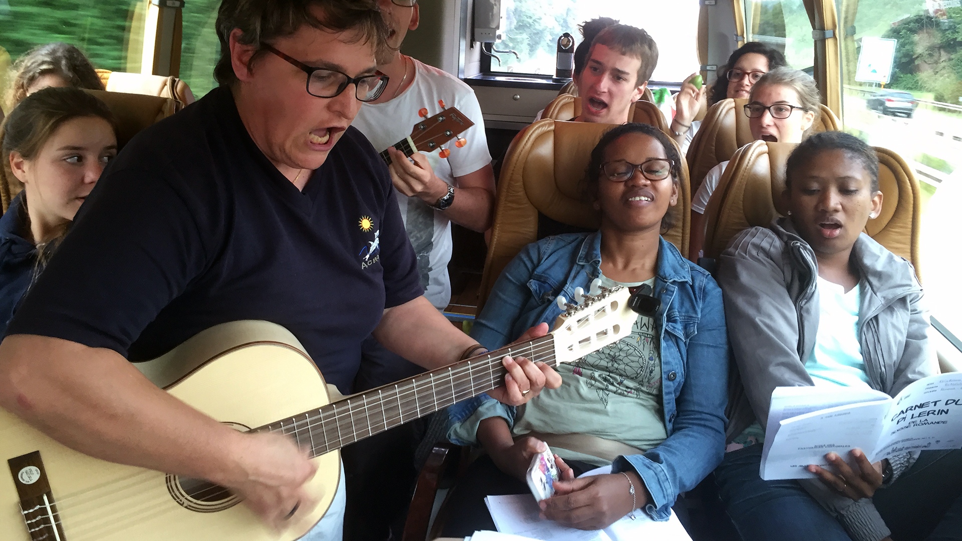 JMJ: Petite pose de voix, après la prière du matin, dans le bus vers Cracovie (Photo: Pierre Pistoletti)