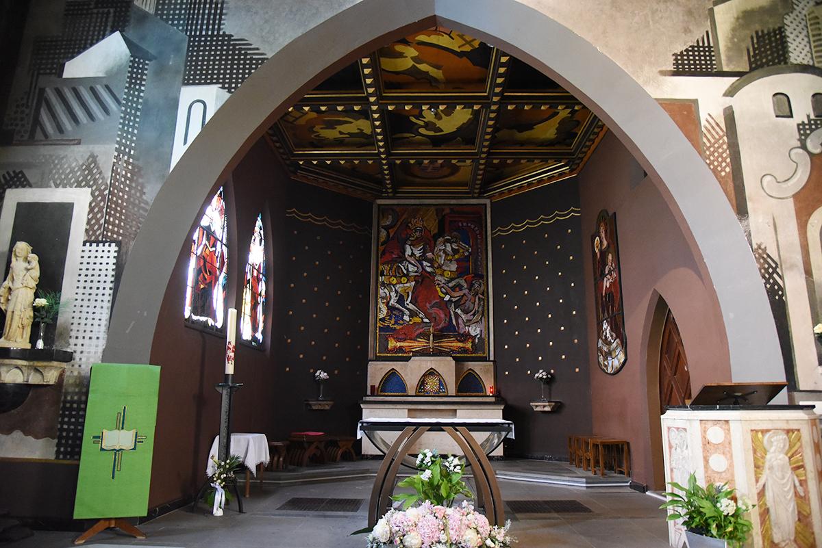 Le choeur de l'église de Lutry. Architecte: F. Dumas; Mosaïque: M. Naville; vitraux: A. Cingria (Photo: Pierre Pistoletti)