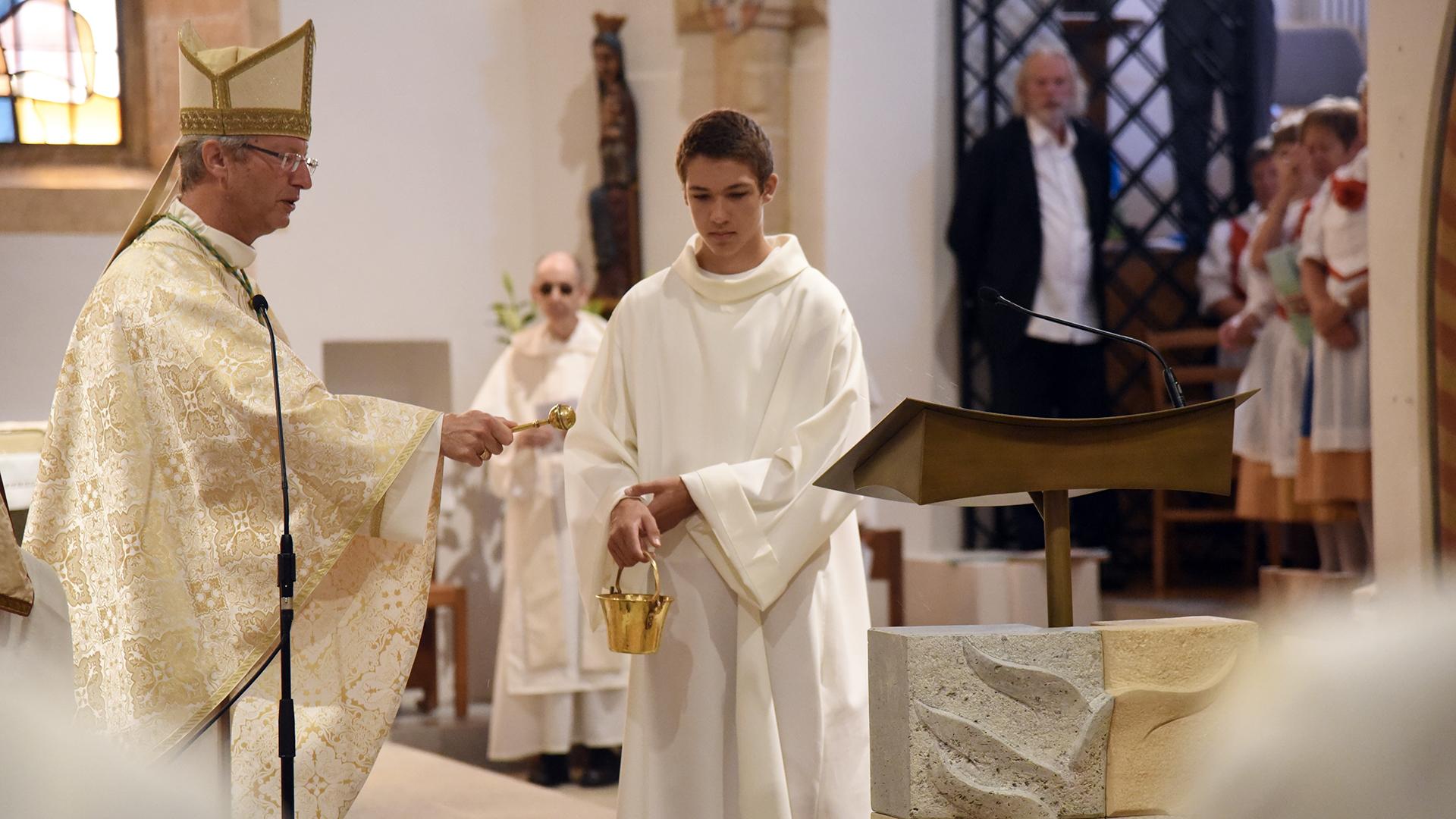 Mgr Alain de Raemy bénit le nouvel ambon du monastère (Photo: Pierre Pistoletti)