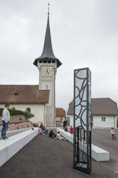La sculpture de l'artiste François Aeby s'élève à deux pas de l'église de Villars-sur-Glâne (Photo:Christoph von Siebenthal)