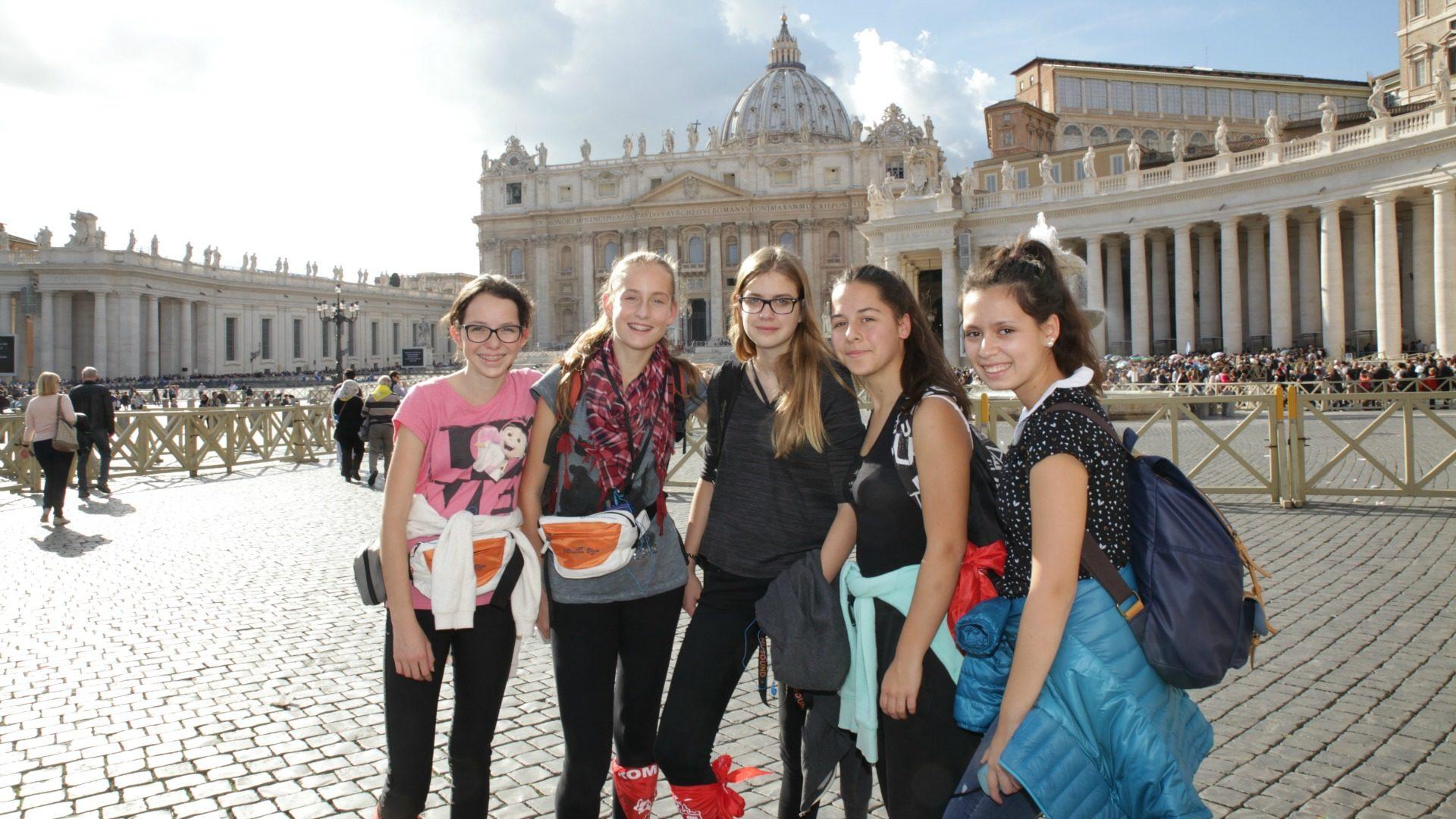 Les cinq amies du groupe Relais de Vétroz ont financé leur pèlerinage en vendant des gâteaux et des pâtisseries. (Photo: B. Hallet)