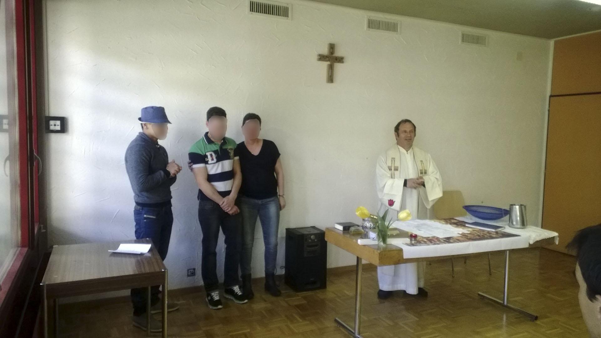 Quentin (polo rayé) le jour de son baptême. L'abbé Henri Roduit (à droite) a baptisé Quentin en présence du personnel de l'établissement, des proches de Quentin et des jeunes de son quartier. (photo: DR)